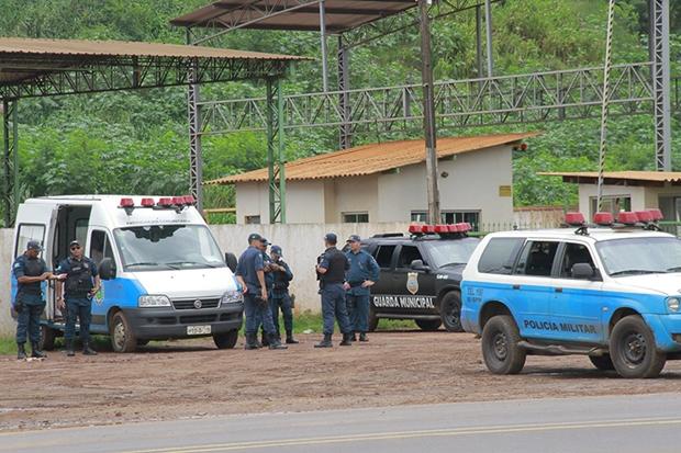 Policiais e guardas municipais fazem a segurança no lixão