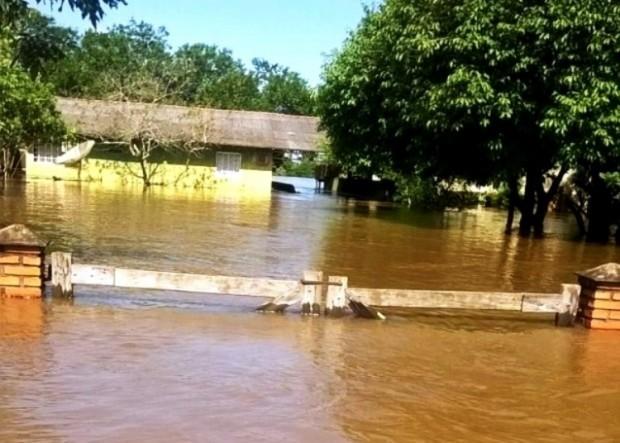 Rio sobe e alaga 30 casas