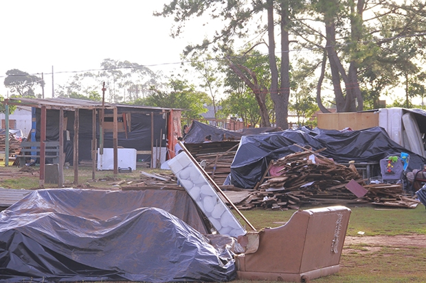 Moradores montando barracos no Vespasiano Martins