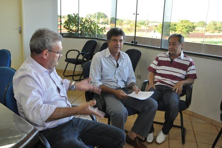 George Takimoto e Geraldo Resende com o prefeito Murilo Zauith