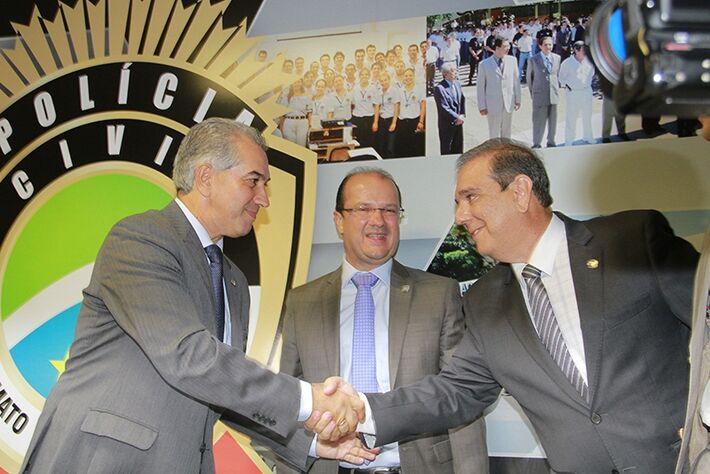 Governador Reinaldo Azambuja recebendo secretário adjunto