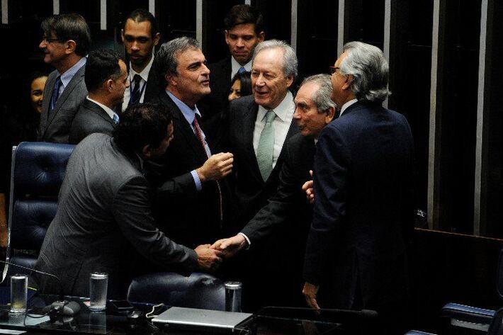 Presidente do Supremo Tribunal Federal (STF), ministro Ricardo Lewandowski, conversa com parlamentares antes da abertura da sessão.