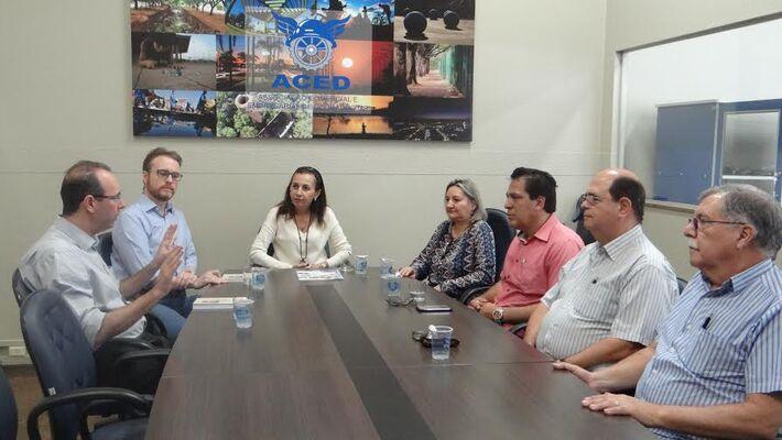 Reunião entre promotores de justiça e diretores da Aced