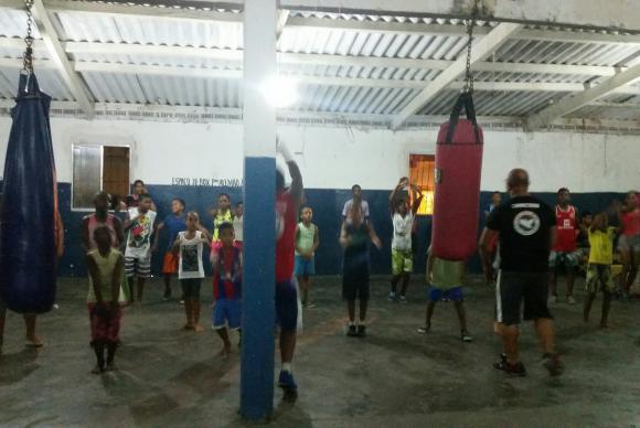 Os lutadores Robson Conceição e Alemão dedicam parte do tempo a ensinar boxe a crianças e adultos