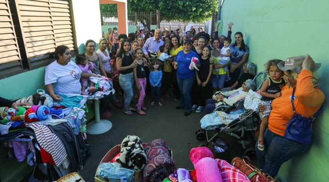 Moradores carentes da Vila Carlota e Jardim Colúmbia foram beneficiados com cobertores e agasalhos entregues pela primeira-dama e pelo secretário de Administração.