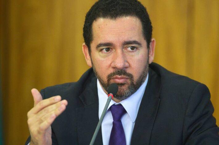 O ministro do Planejamento, Desenvolvimento e Gestão, Dyogo Oliveira,informou a decisão após a imprensa destacar que sua remuneração e a de outros ministros excedem o teto do funcionalismo, de 33.700 reais