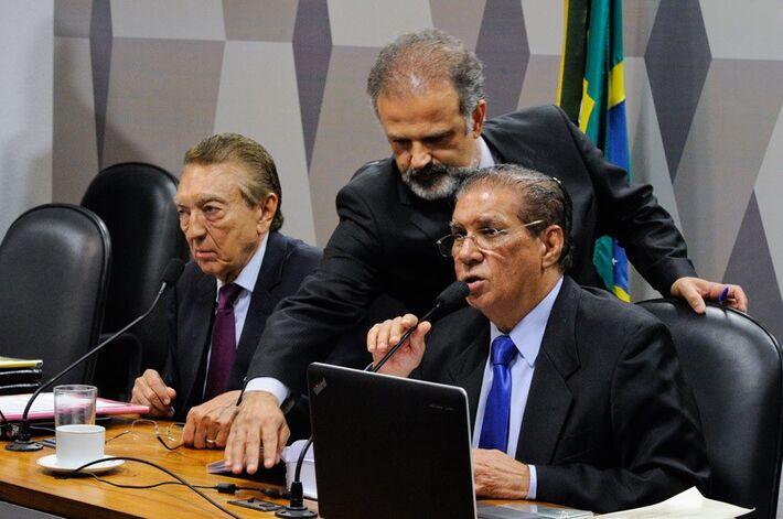 Projeto aprovado pela Comissão de Constituição, Justiça e Cidadania teve como relator o senador Jader Barbalho (D), ao lado do presidente da comissão, senador Edison Lobão