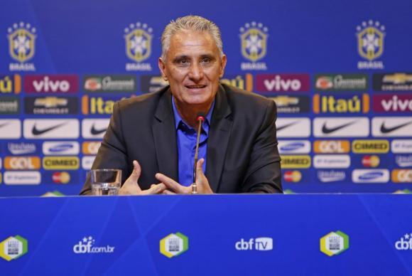 Tite após divulgar a lista dos 24 jogadores falou da convocação do volante Arthur, do Grêmio, e do atacante Diego Tardelli, do Shandong Luneng