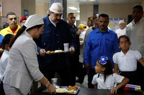 Nicolás Maduro, presidente de Venezuela, durante distribuição de merenda em escola