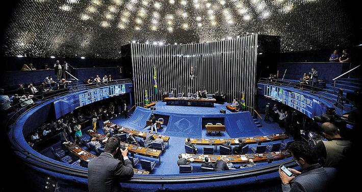 Os senadores decidiram barrar o afastamento e o recolhimento noturno de Aécio Neves
