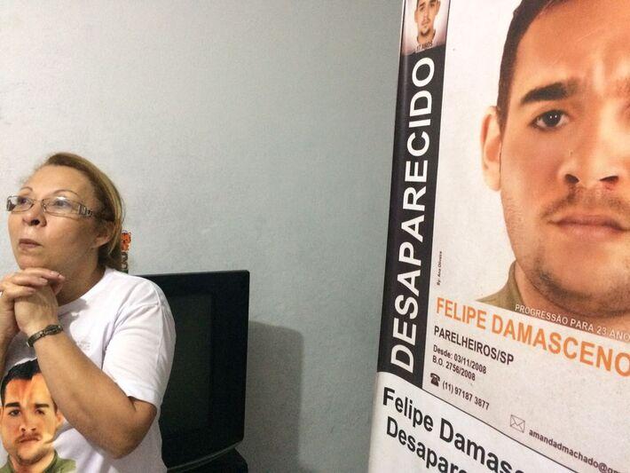 Lucineide e o cartaz de busca por seu filho, Felipe
