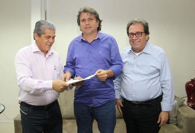 Em junho, Caravina (dir) esteve com o presidente do TCE-MS, Waldir Neves