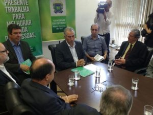 Governador durante coletiva, com o secretário de Governo, Eduardo Riedel (à esquerda).