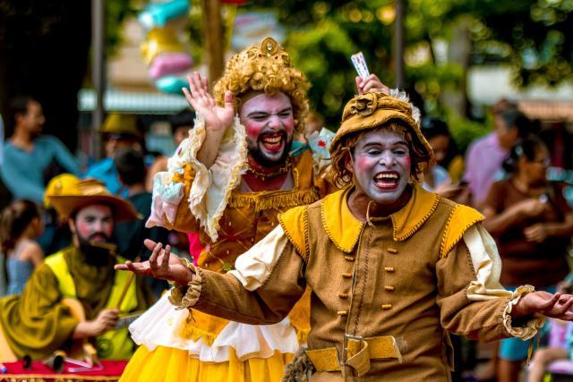 """Espetáculo de rua """"A Princesa Engasgada"""", em cena André Tristão e Yago Garcia"""