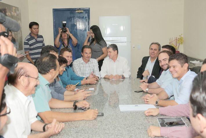 Reunião entre Marquinhos e vereadores de Campo Grande na Câmara para discutir sobre taxa do lixo