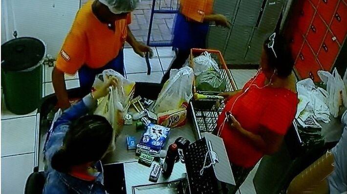 Imagens de segurança mostram 'vovó do crime' em compras com cartões de vítimas