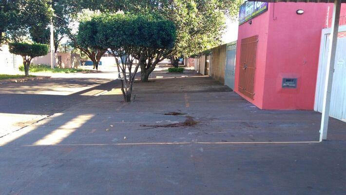 Calçada onde aconteceu o crime ficou com manchas de sangue