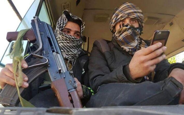 Rebeldes em ônibus para deixar cidade de Douma, em Ghouta Oriental nesse domingo.