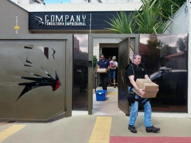 Policiais federais e agentes da receita no dia das buscas na empresa Company