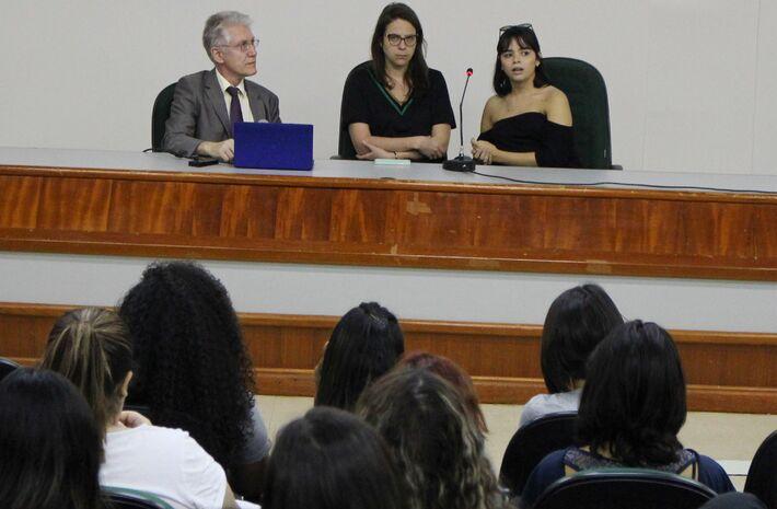 Professor alemão Dr. Arnold Groh ministrou palestra no anfiteatro da Biblioteca Pe. Félix Zavattaro