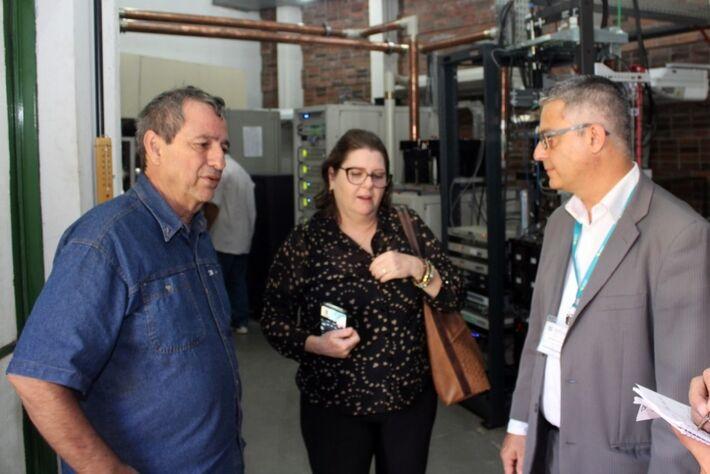 Bosco Martins, Lígia Sabka e Adriano Furtado, em visita ao controle master da TVE Cultura, durante inspeção para conhecer a estrutura da emissora.
