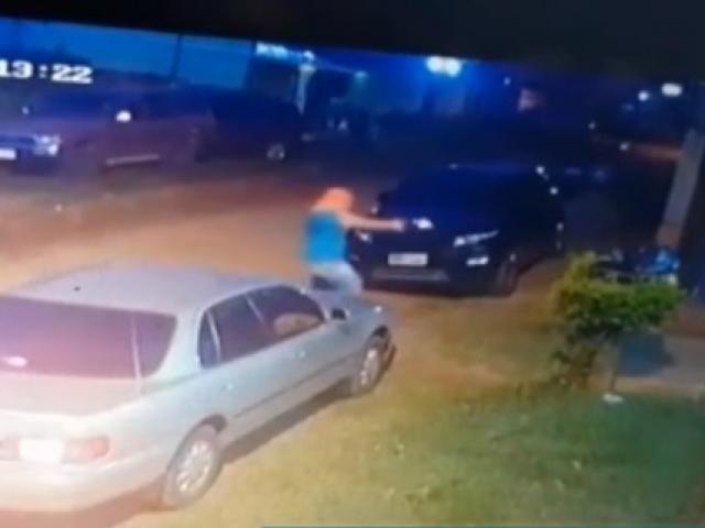 Pistoleiro a pé, atirando contra a advogada