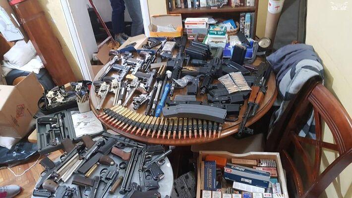 Armas e munições foram encontradas por autoridades argentinas em várias casas de Buenos Aires