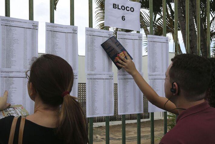 Candidatos chegam a colégio em Brasília para as provas do Enem