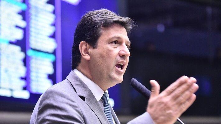 Mandetta afirma que detalhará a Bolsonaro certificação de médicos brasileiros, já discutida no Congresso.