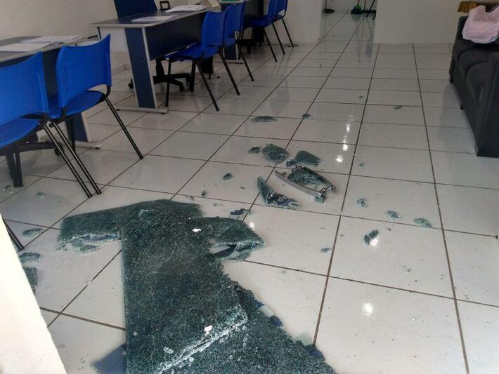 Porta de vidro de correspondente bancário foi destruída nesta sexta-feira e estabelecimento foi furtado