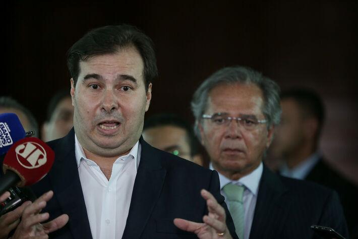 O presidente da Câmara dos Deputados, Rodrigo Maia (DEM-RJ), e o ministro da Economia, Paulo Guedes, durante coletiva de imprensa para falar sobre a tramitação da proposta de reforma da Previdência, que será enviada pelo governo
