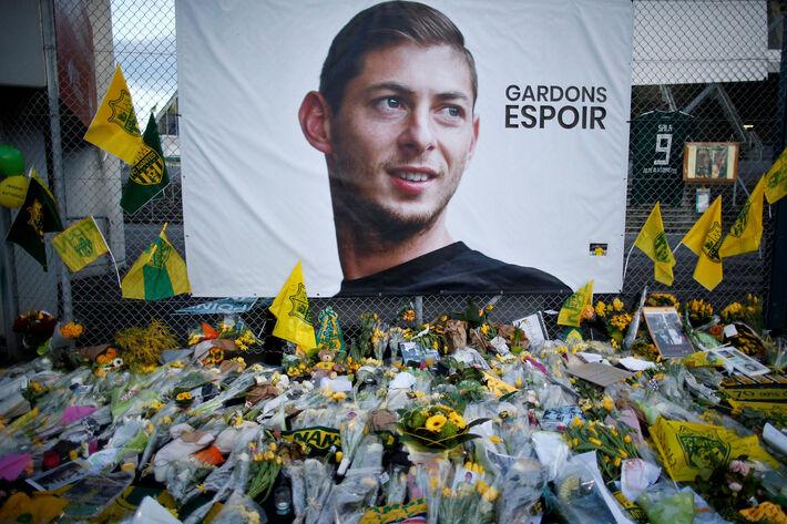 Louis Fonteneau, Nantes, França - 30 de janeiro de 2019 Vista geral dos tributos deixados fora do estádio para Emiliano Sala
