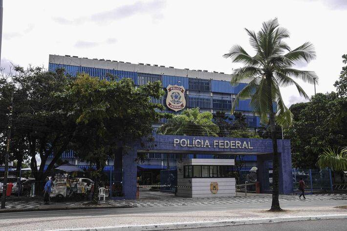 Vista da fachada do prédio da sede da Polícia Federal de Pernambuco, onde à suspeita de ser laranja, deputada federal Maria de Lourdes Paixão (PSL-PE), solicitou adiamento de seu depoimento previsto para esta quinta-feira (14)