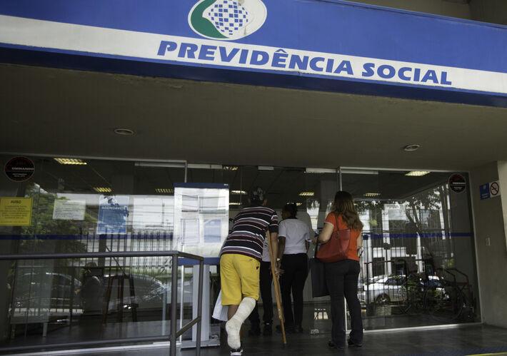 Movimentação em agência de atendimento da Previdência Social na zona sul da capital paulista na tarde desta quarta-feira (20). Reforma prevê mudança de idade mínima de 65 anos para homens e 62 para mulheres