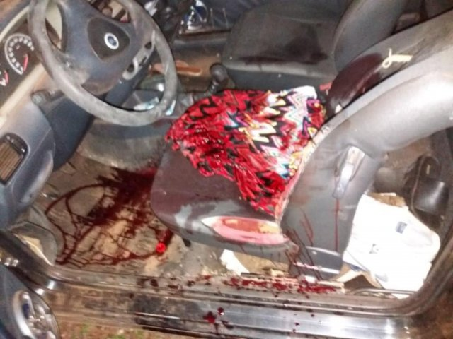 Interior do veículo repleto de marcas de sangue