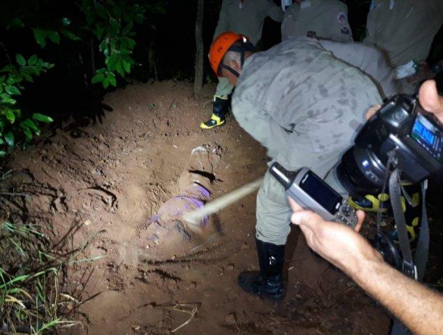 O corpo foi desenterrado ontem por equipes do Corpo de Bombeiros