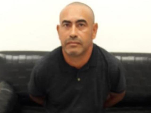 Adair, após ser preso por policiais
