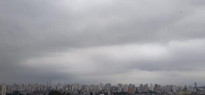 A umidade relativa do ar oscila entre 90% e 45%