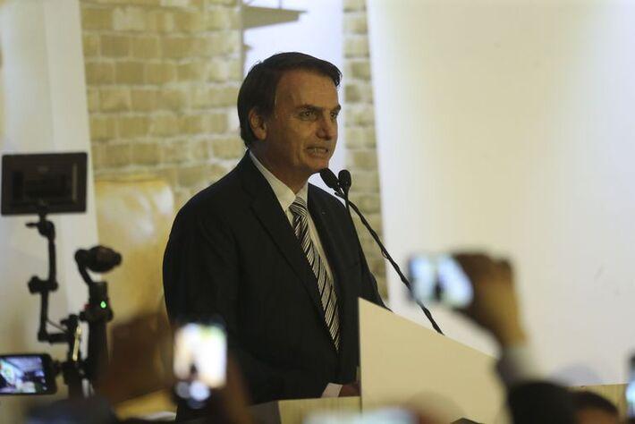 O presidente Jair Bolsonaro participa da solenidade de posse do deputado Alceu Moreira no cargo de presidente da Frente Parlamentar da Agropecuária, no Clube Naval de Brasília.