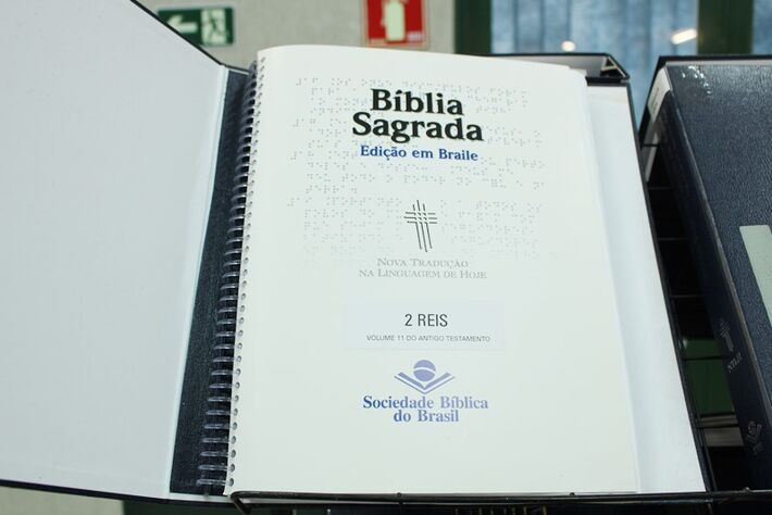 Bíblia em braile é exposta no bloco Administrativo da Católica