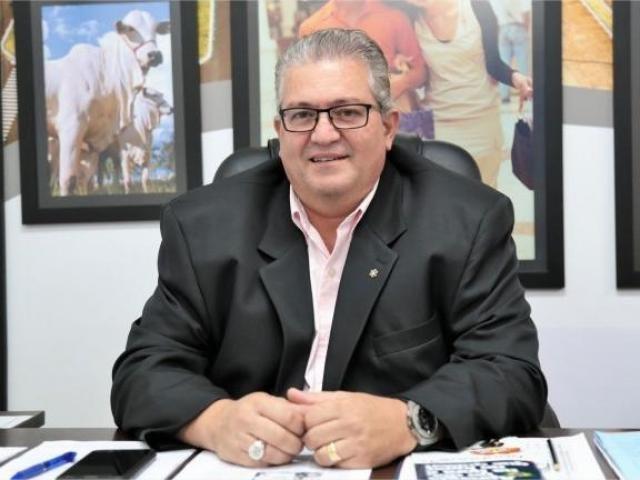 Ex-secretário de Desenvolvimento, Abrahão Malulei, posa para foto no gabinete