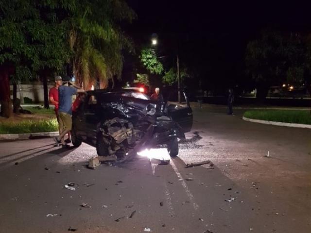 Veículo ficou com a frontal destruída após bater em ônibus.