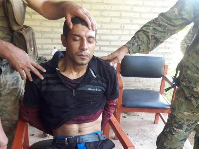 Matrix, líder do PCC na fronteira, tem rosto exibido por policiais após ser preso nesta manhã