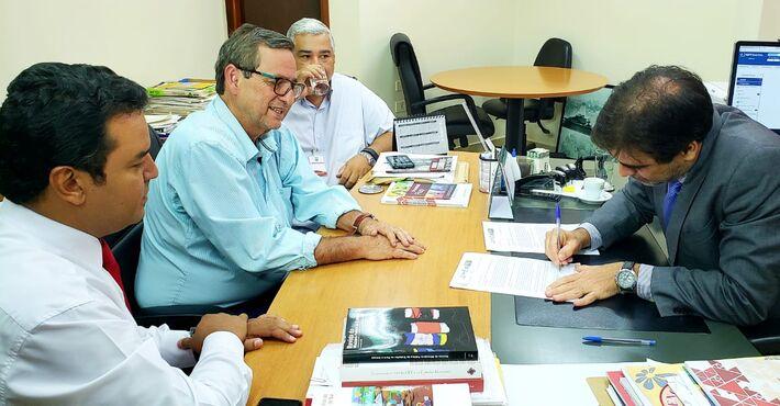 À direita, Danilo Magalhães, Bosco Martins e Cezar Roriz, na reunião com o procurador do trabalho Odracil Hecht que garantiu a destinação de R$ 200 mil de multas apuradas pelo MPT para a Fertel