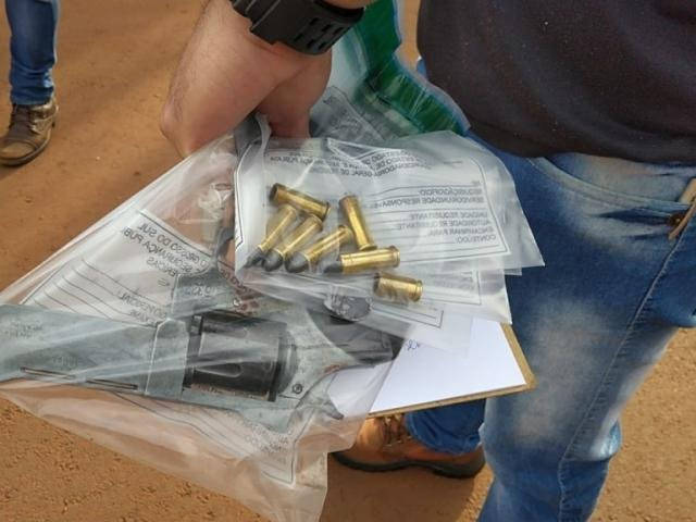 Revólver e munições que estavam com um dos suspeitos mortos nesta sexta em Dourados