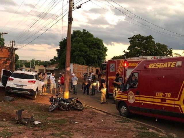 Moto de casal encostada em poste, carro roubado ao lado e equipes do Corpo de Bombeiros