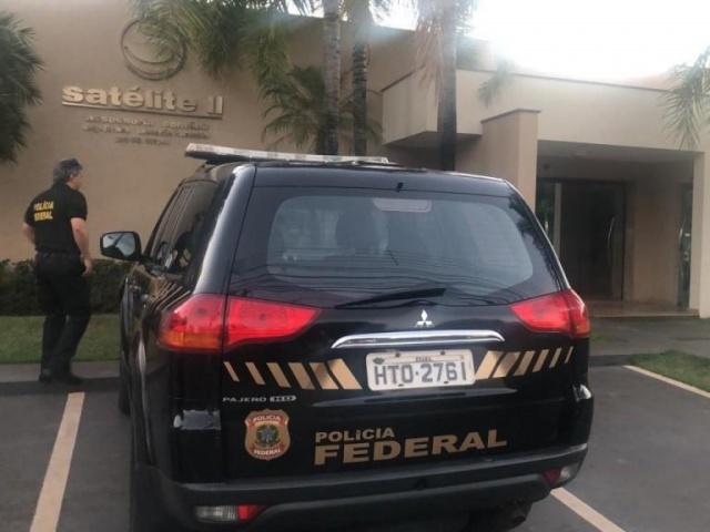 Viatura da PF em frente a um dos locais onde mandado de busca está sendo cumprido; escritório de contabilidade fica na rua Rua Dr. Munir Thomé, no centro de Três Lagoas