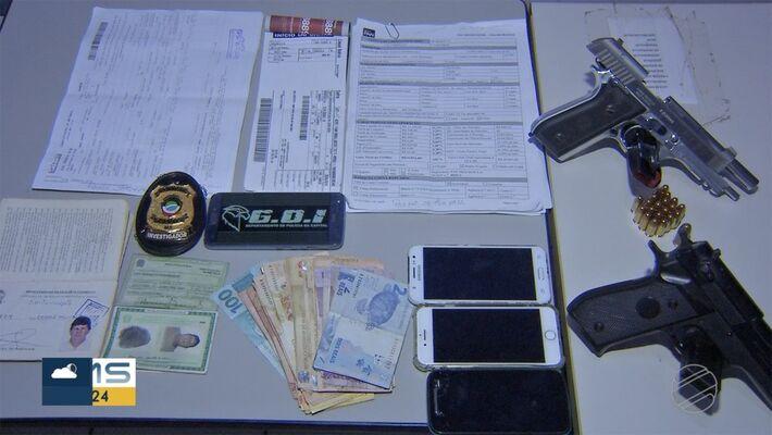 Documentos, dinheiro, armas e celulares apreendidos com o grupo