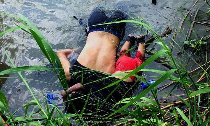 Óscar Martinez e Valeria, de El Salvador, morreram enquanto tentavam atravessar o Rio Grande, ou Rio Bravo para os mexicanos