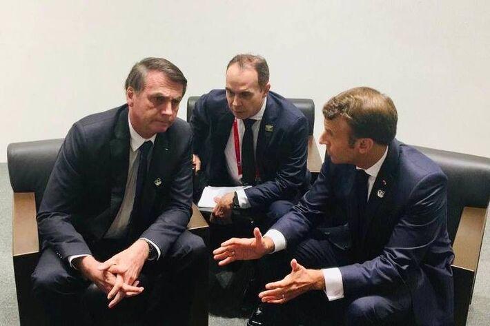 O presidente Jair Bolsonaro conversa com o presidente da França Emmanuel Macron, em Osaka, no Japão -